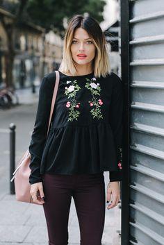 Découvrez la collection AH16 en collaboration avec la belle gosse de blogueuse Caroline Receveur.  cette blouse chic à jolies broderies fleuries casual chic se portera partout, en soirée, au bureau, ou juste pour chiller en terrasse. ...