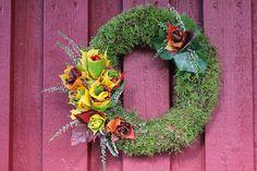 Steen i stugan: Mosshjärta och en höstkrans Handicraft, Funeral, Floral Wreath, Wreaths, Fall Decorations, Halloween, Gardening, Craft, Floral Crown