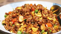 This chicken fried rice recipe takes 15 minutes to make. It's absolutely delicious and everybody loves it- no doubt about that. Stir Fried Rice Recipe, Stir Fry Rice, Pork Stir Fry, Stir Fry Recipes, Rice Recipes, Pork Recipes, Asian Dinner Recipes, Asian Recipes, Gastronomia
