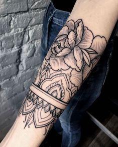 unterarm tattoo in schwarz und grau, blumen mit mandala-motiven