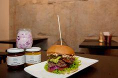 """Burger mit Leidenschaft und Seele - im Burgerladen """"Holy Burger"""" in München."""