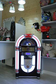 Equipo Jukebox, tamaño grande, mediano y pequeño. Este modelo es el más completo, cuenta con reproducción vinilo, CD, mp3, usb, SD, radio. Un regalo retro que no falla.