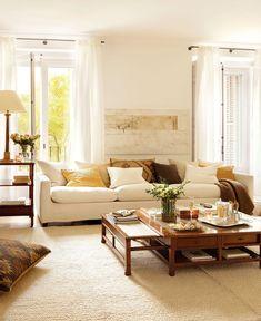 El blanco, en la carpintería, sofá y textiles, unifica la decoración y da claridad al salón. La mesa de centro, crece: con varios cajones, baldas y alas abatibles que la hacen crecer. Elígela en proporción al sofá.