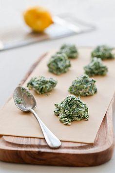 Spinach, lemon and ricota ravioli Ravioli Filling, Ravioli Recipe, Spinach And Ricotta Ravioli, Spinach Pasta, Cook Fresh Spinach, Gyoza, Pasta Recipes, Cooking Recipes, Fresh Pasta