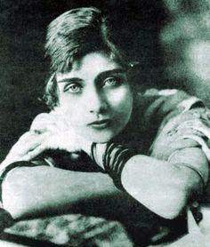 María Teresa de las Mercedes Wilms Montt, Escritora chilena de principios del siglo XX. nació en Viña del Mar, Chile el año 1893 se suicida en París en 1921. Feminista y anarquista.