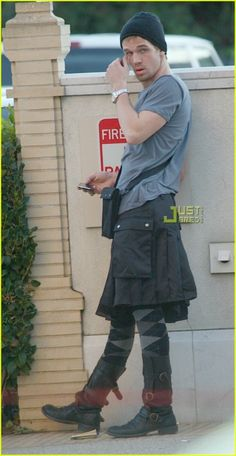 HES WEARING AN EFFING UTILIKILT I THINK I AM IN LOVE WITH THIS MAN.