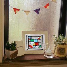 100円ショップのガラス絵の具が大人気!簡単にステンドグラス風のアイテムが作れるので、窓やガラス瓶、フォトフレームなどにデコしまくる人が続出中なんです。お部屋のデコレーションの参考になる、作品画像を集めました♡