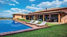 A varanda integra a casa à piscina e ao deck, montado com ipê de demolição. Projeto de Studio Casa 4 e Fernando Piva.