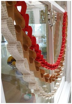 littletree designs: littletree makes…paper heart garland littletree designs: littletree makes…paper heart garland Valentines Day Decorations, Valentine Day Crafts, Happy Valentines Day, Paper Heart Garland, Paper Garlands, Diy Garland, Vitrine Design, Diy Love, Valentinstag Party