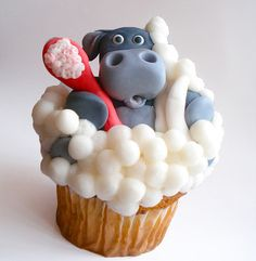 Hippo in bubbles cupcake. Some people are so talented. I wouldn't even want to eat this, its just too well made...More like a sculpture and a cupcake.