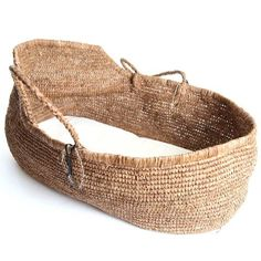 Moses basket handmade in crochet raphia colour Tea including mattress cottoncondition: baby from 0 to maximum. Baby Moses, Baby Bath Sponge, Fog Linen, Baby Baskets, Woven Baskets, Cotton Baby Blankets, Moses Basket, Parisian Style, Beautiful Hands