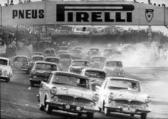 """1961 - Trinta e quatro automóveis de fabricação nacional dão a largada no """"24 horas de Interlagos"""". A prova foi realizada também em 1960, 1966 e 1970. Na edição de 1961 a dupla vencedora foi Chico Landi e Christian Heins. No total eles deram 308 voltas pela pista."""