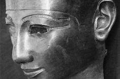 Masque en or de Sheshonq II trouvé dans son sarcophage en argent, nécropole royale de Tanis, NRT III. Source : Tanis, images d'une cité enfouie
