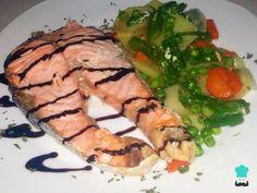 Aprende a preparar salmón Lékué con verduras con esta rica y fácil receta. Este plato de salmón con Lékué es súper sano y además con las verduras de acompañamiento...