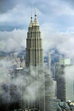 Petronas Twin Towers - Kuala Lumpur - http://fuievouvoltar.com