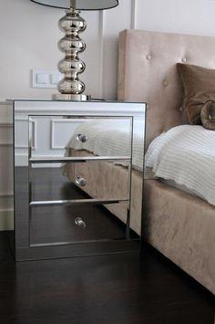 Lustrzana szafka nocna w sypialni