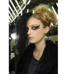 Jeu de matières chez Chanel http://www.vogue.fr/beaute/tendance-des-podiums/diaporama/les-temps-forts-beaute-de-la-haute-couture-printemps-ete-2013/11511/image/681612#jeu-de-matieres-chez-chanel