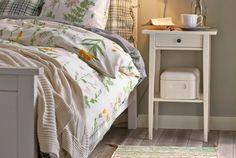 Mach es dir gemütlich - mit einem guten Buch, einer heißen Tassen Tee und kuschliger Bettwäsche (am Bild: HEMNES Nachttisch in Weiß)
