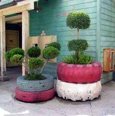 Maceteros fabricados con cubiertas viejas  y pintadas