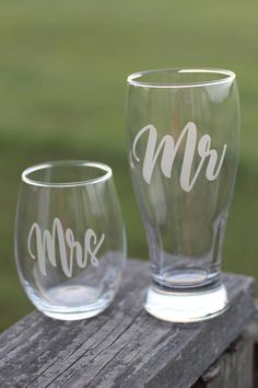 Mr and Mrs beer and wine set of etched glassware beer glass Etched Wine Glasses, Decorated Wine Glasses, Wine Glass Set, Beer Glassware, Diy Etched Glassware, Etched Gifts, Glass Etching Stencils, Glass Engraving, Wedding Glasses