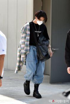 Jungkook Outfit, Jungkook Style, Jungkook Fashion, Kpop Fashion, Fashion Outfits, Bts Jungkook, Street Fashion, Kpop Outfits, Grunge Outfits