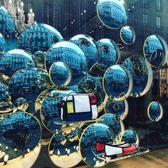 Escaparate precioso con efecto de burbujas hecho con espejos redondos de tráfico. #comercio #retail
