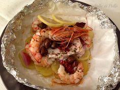 Cartoccio di pesce e gamberoni con patate, olive e pomodori secchi. Semplicissimo, leggero e di grande effetto, ideale per le occasioni con gli ospiti.