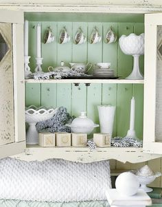 shabby chic shelf - love the tea cup display, love the furniture piece Shabby Chic Kitchen, Vintage Shabby Chic, Vintage Kitchen, Country Kitchen, Kitchen Black, Country Living, Verde Vintage, White Hutch, White Cabinet