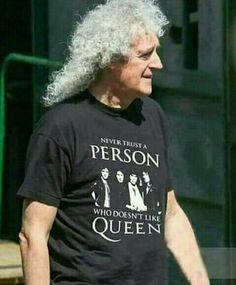 Not only is the shirt awesome, but its more awesome that Brian May is wearing it :) Queen Brian May, I Am A Queen, Daft Punk, Der Klang Des Herzens, Rainha Do Rock, Queen Meme, Queen Photos, We Will Rock You, Queen Freddie Mercury