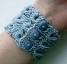 Broomstick Lace Bracelet. Free crochet photo tutorial ❥Teresa Restegui http://www.pinterest.com/teretegui/❥