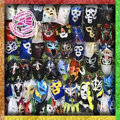 """Máscaras de luchadores de venta en un """"puesto"""" de un """"tianguis"""" (mercado) mexicano"""