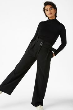<p>Oversized 'n' dressy trousers with a belt that adds a classic touch to any outfit. Slanted pockets in the front and an imitation pocket in the back. Boom