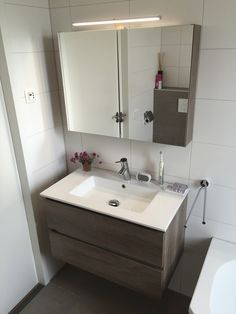 Comfort, moderne look, tijdloze kwaliteit. Dit alles zie je terug in deze mooie degelijke badkamer. Dit wordt jarenlang genieten! Dat wil jij toch ook? Kijk voor meer van onze projecten ook op: http://tuijpkeukenenbad.nl/badkamers/badkamer-projecten #tuijp #keuken #bad #Volendam