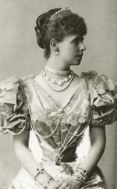 An early image of Queen Marie of Romania when Crownprincess, shortly after her marriage with Crownprince Ferdinand. how her waist was edited by the same photographer who took the picture. It was very common back then this practice, but IMHO. Romanian Royal Family, Queen Mary, Royal Jewels, Kaiser, Edwardian Fashion, Ferdinand, Queen Victoria, Vintage Beauty, Vintage Photos