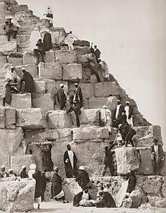 1870s - Subiendo a la pirámide de Keops con la ayuda de lugareños, Egipto