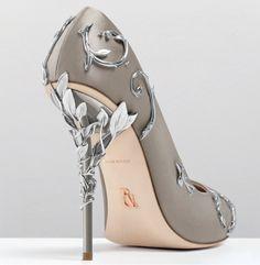 Ralph and Russo Shoes. Scopriamo insieme questa meravigliosa collezione di scarpe alta moda, sfoglia la galleria d'immagini e immergiti in questo sogno.