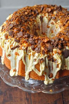 Butterfinger lovers everywhere: rejoice! You can now enjoy your favorite candy bar in the form of a cake. Specifically, a BUTTERFINGER BUNDT CAKE. 🤤 This Butterfinger bundt cake with cream cheese… Cupcake Recipes, Cupcake Cakes, Dessert Recipes, Cake Football, Just Desserts, Delicious Desserts, Party Desserts, Healthy Desserts, Bunt Cakes
