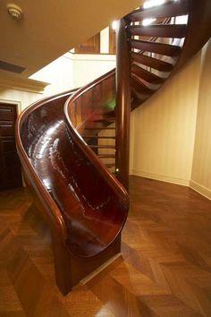 escalera de caracol de madera con tobogán al lado de él (1)
