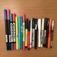 最近よく使ってるペンは何ですか〜? というご質問があったのでたまにはパチリと 基本何も特別なペンは使ってませんほとんどが200円以下で買えるものばかりでふ(´・_・`)ミリペンから筆ペンまで色々。各種類全色買い ご参考までに