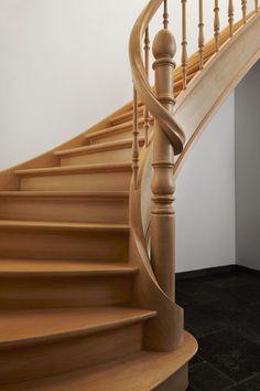 Eiken trap met volledige wrongstuk rond kolom landelijke trappen met houten balusters - Redo houten trap ...