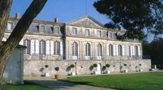 Located in the town of Marennes in Charente Maritime, well known for its oysters, the Castle Gateaudière three kilometers from the sea awaits you in a beautiful eighteenth century and a beautiful park. The castle offers a range of activities for you and your family.