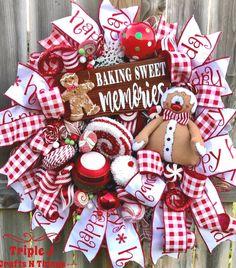 Gingerbread Christmas Decor, Christmas Wooden Signs, Gingerbread Decorations, Christmas Wreaths For Front Door, Christmas Swags, Christmas Door Decorations, Holiday Wreaths, Christmas Crafts, Xmas