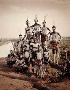 Karo, es una tribu que habita en Etiopia en la zona del rio Omo, en donde las mujeres comprometidas tatúan su abdomen ya que consideran verse más atractivas. Esta tribu tiene cierto encanto, ya que es la mas visitada por turistas alrededor del mundo y como costumbre de varias tribus de la zona, sus miembros se maquillan la cara y cuerpo con caliza mezclada con roca amarilla para sus ceremonias.