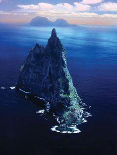 ロードハウ諸島 ボールズピラミッド 一枚岩です。 ここにロードハウナナフシ がいるのかー