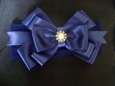Tiara em meia de seda azul marinho, laço de fita com meia pérola e strass.