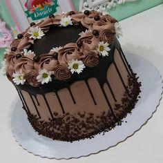 Chocolate Cake Designs, Best Chocolate Cake, Chocolate Desserts, Creative Cake Decorating, Cake Decorating Techniques, Creative Cakes, Chocolate Birthday Cake Decoration, Birthday Cake Decorating, Kolaci I Torte