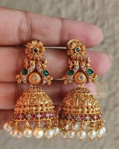 Indian Jewelry Earrings, Gold Bridal Earrings, Jewelry Design Earrings, Gold Earrings Designs, Gold Jewellery Design, Bridal Jewelry Sets, Necklace Designs, Jhumka Designs, Gold Designs