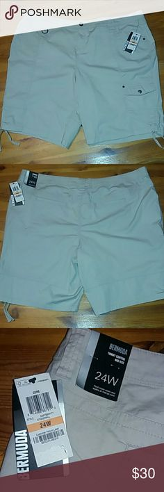 Price Drop Today  $25 Men's Style & Co. Shorts Men's tan Style & Co. Shorts. Pockets front and back also pocket on the left side and zipper right side on the front bottom with drawstring at the bottom of the shorts. Size 24 wide. Style & Co Shorts Cargo