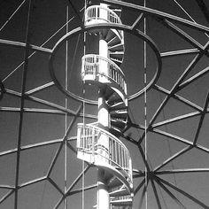 Giancarlo De Carlo, con studio MTa Associati.  Nuovo Blue Moon al Lido di Venezia. 1995-2002. Dettaglio struttura reticolare della cupola aperta con la scala ad elica.