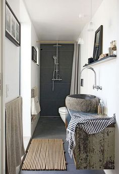 Douche à l'italienne dans petite salle de bain en longueur